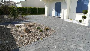 Création d'une allée en pierre pour une maison individuelle par Gorichon Paysagiste, paysagiste sur Luçon, l'Aiguillon sur mer et la Tranche sur Mer